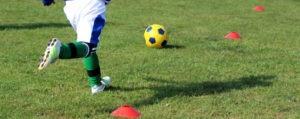 dječak ispucava nogometnu loptu