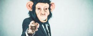 muškarac s maskom majmuna